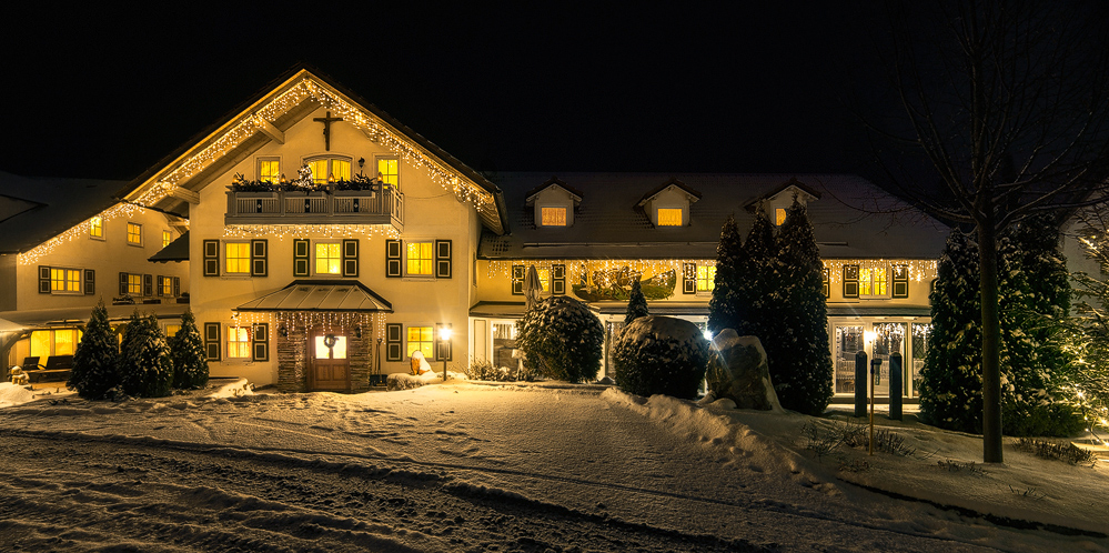 Der Jakl-Hof mit dem Haupteingang im Winter