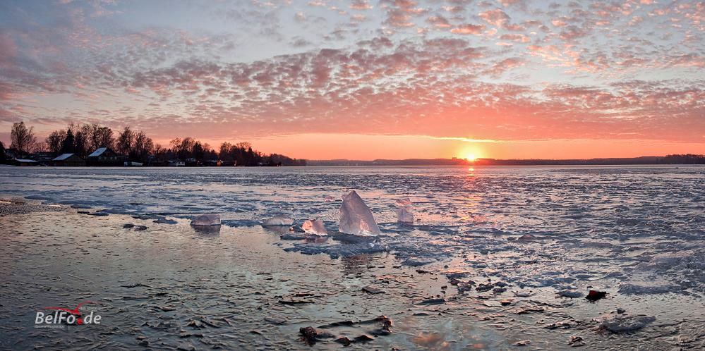 Sonnenuntergang über dem Wörthsee-Eis