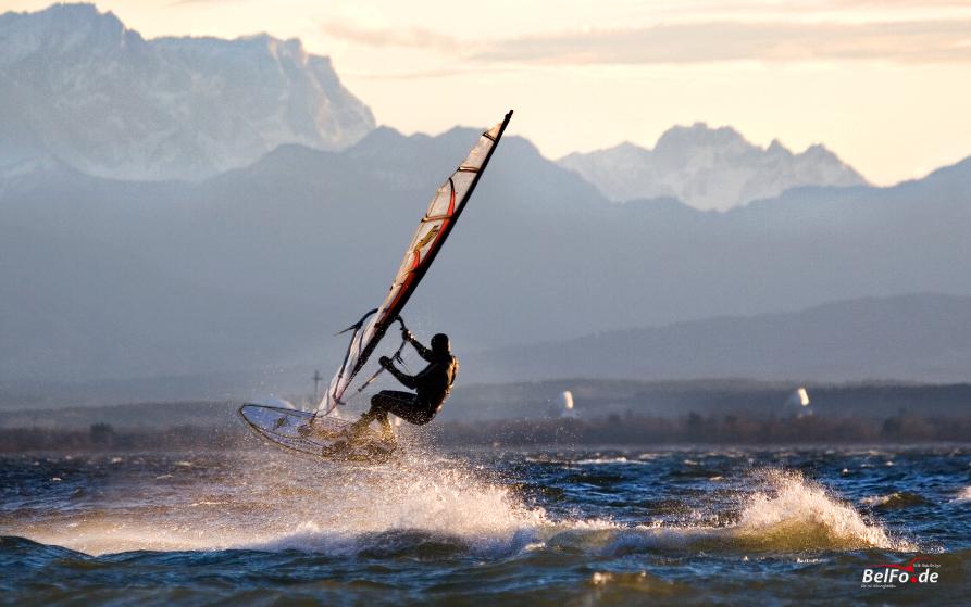 Surfen vor Zugspitzkulisse am Ammersee